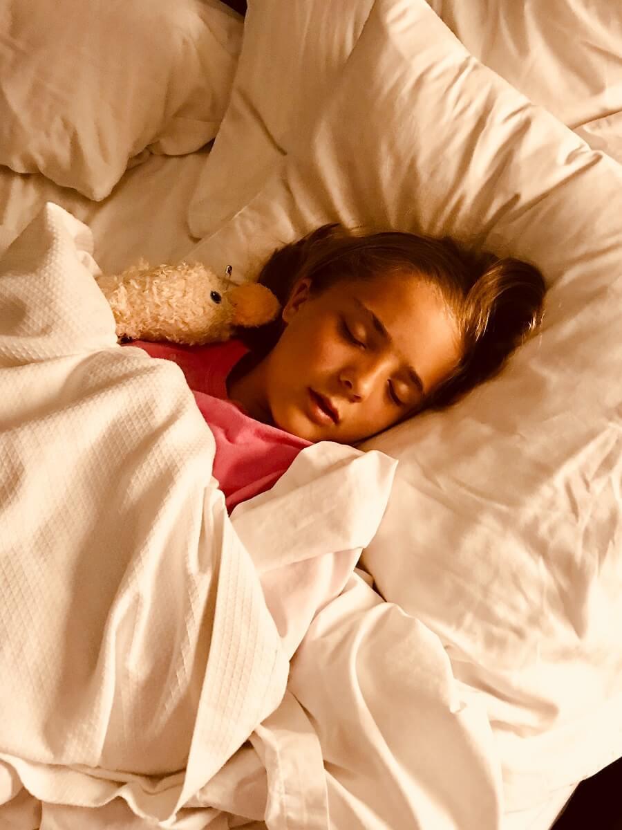 dormir suficientes horas es uno de los hábitos saludables para niños